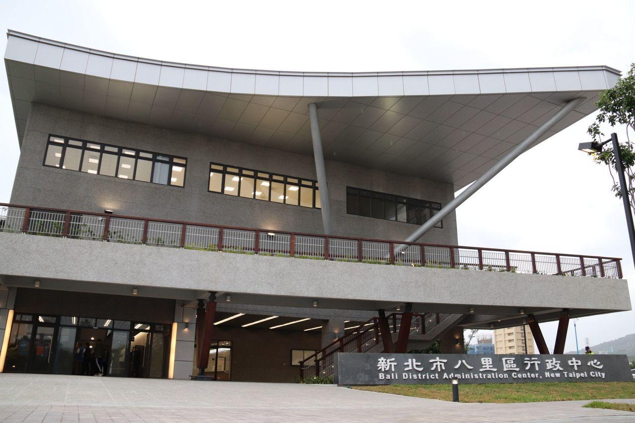 年底將啟用的八里區行政大樓,面積高達2000坪,還結合周邊綠帶及自行車道。記者胡...
