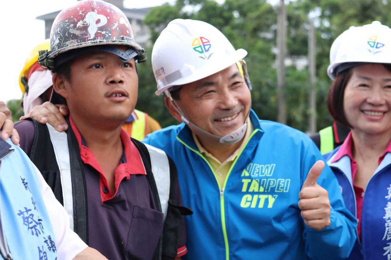 新北市長侯友宜(右二)今前往視察正在施工的八里渡船頭公園。記者胡瑞玲/攝影