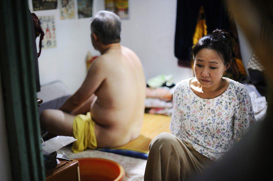 呂雪鳳幫張曉雄擦澡,拍了4小時,張曉雄並沒尷尬或生理反應。圖/海鵬提供
