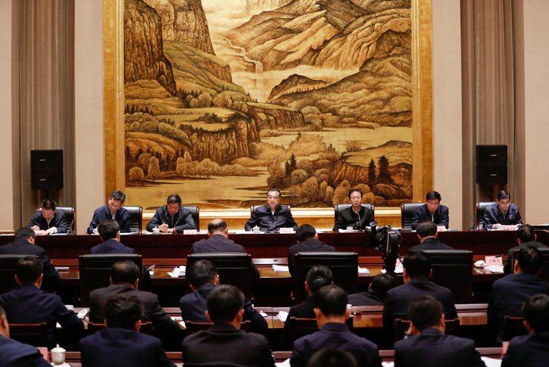 大陸國務院總理李克強14日在西安主持召開部分省政府主要負責人經濟形勢座談會,指出...