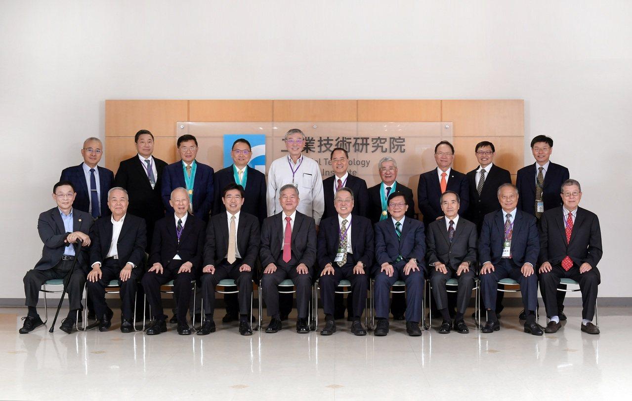 工研院今天舉辦院士會議,聚集14位歷屆以及新任院士,為台灣產業升級與轉型提出建言...