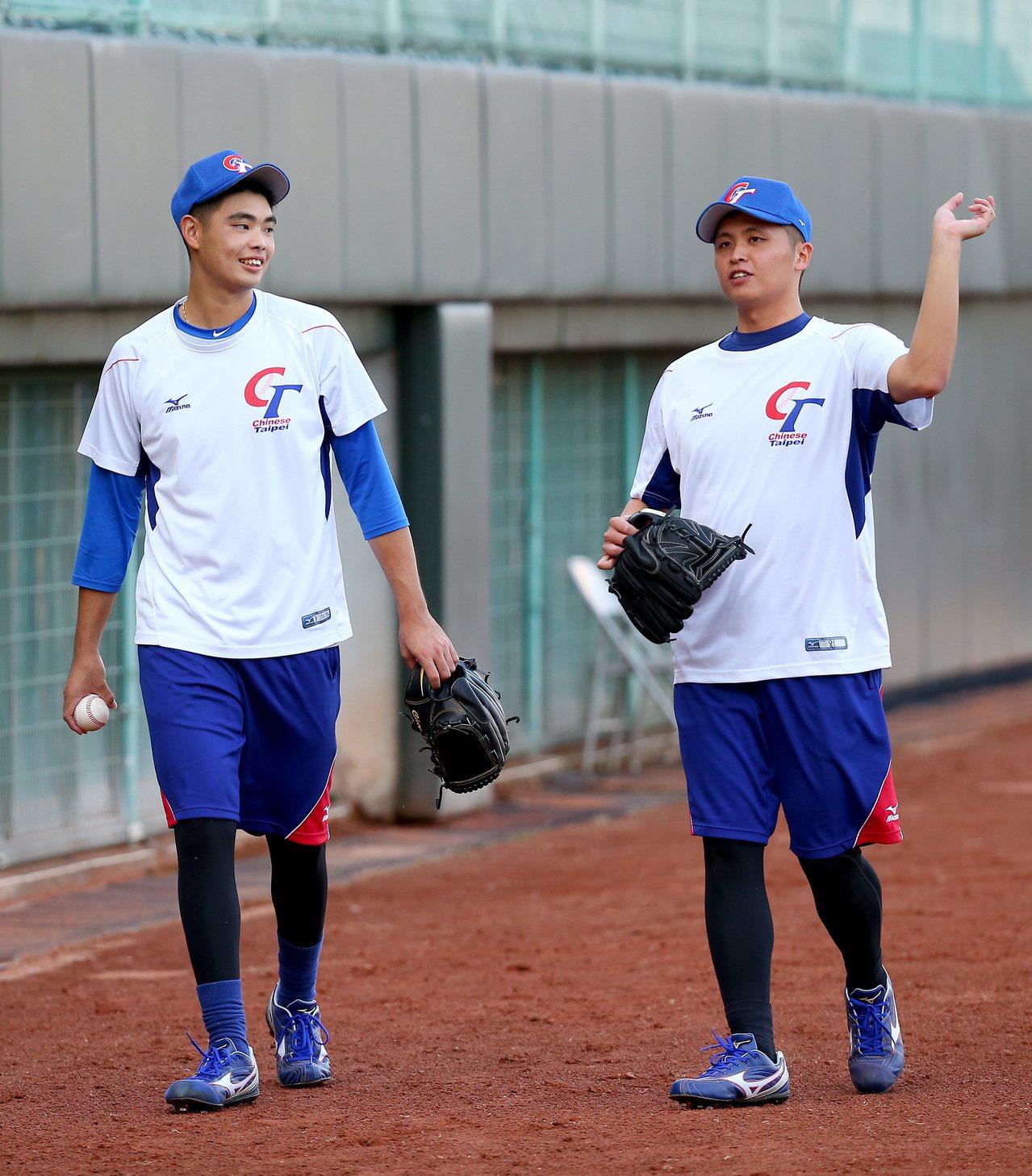 中華隊投手陳仕朋(右)與陳柏毓互相討論、交流。記者余承翰/攝影