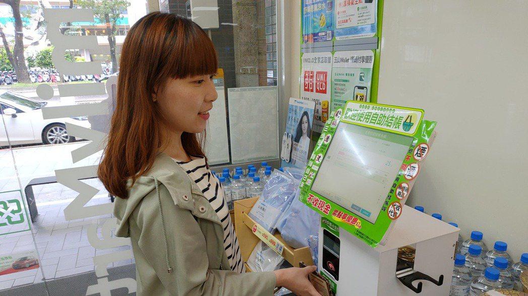 全家將開出科技概念2號店,當店舖人潮較多,則可至自助結帳專區,以My FamiP...