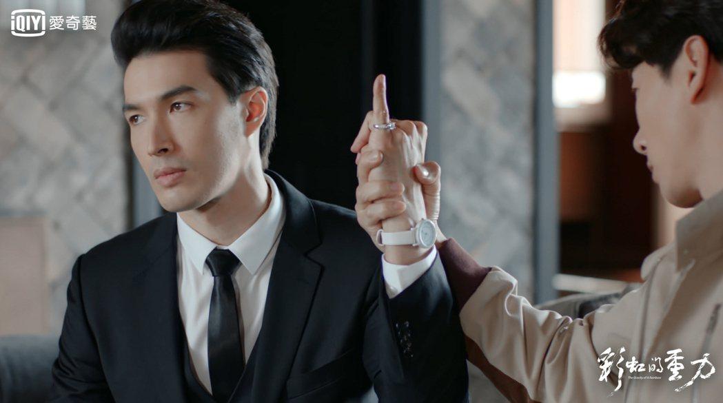 錦榮在「彩虹的重力」中飾演患有亞斯伯格症、擁有高智商和低情商的霸道總裁。圖/愛奇...