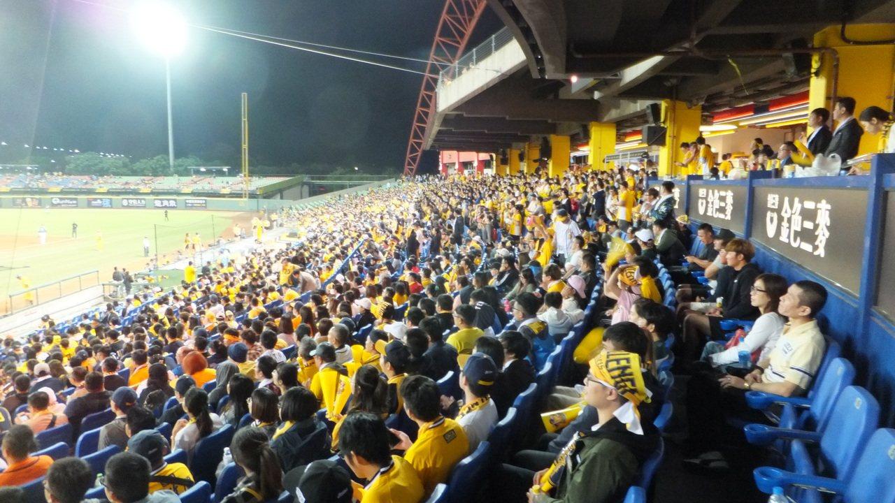 台中洲際球場今天湧進11176人觀戰,歷年總冠軍賽在洲際第13場人數破萬。記者藍...