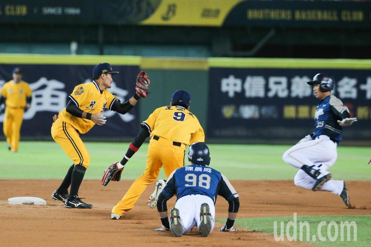 桃猿第二棒三壘手林立一局上半擊出內野滾地球,二壘跑者在二三壘間遭夾殺。記者黃仲裕...