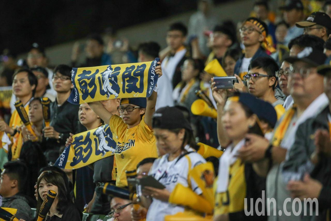 中華職棒總冠軍戰第三場比賽在台中洲際棒球場舉行,許多球迷到場為支持的球隊加油打氣...