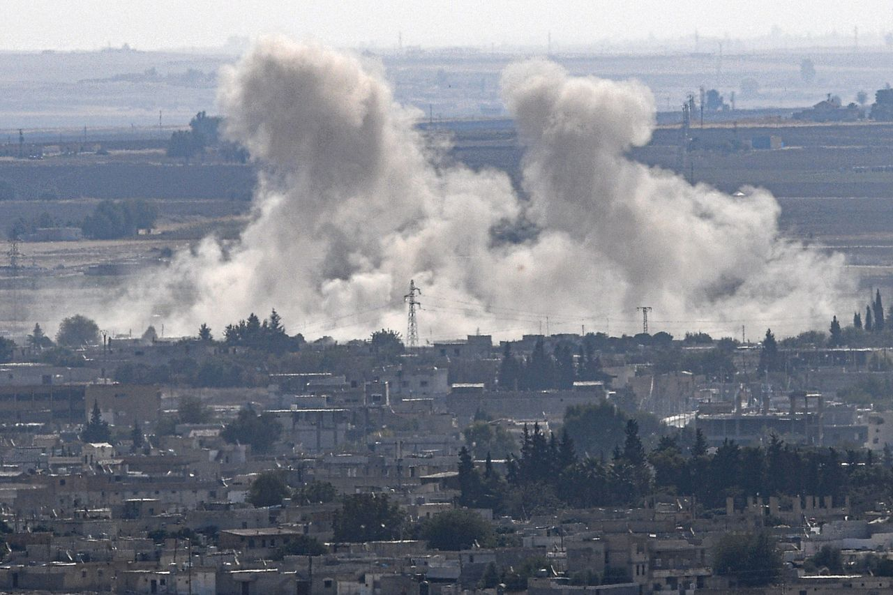土耳其軍隊攻擊庫德族軍隊控制的敘利亞邊鎮,濃煙沖天。法新社