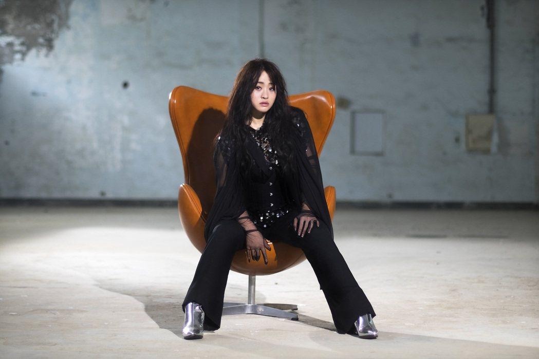 許莉潔穿著黑紗裝,拍攝新歌「不就範」MV。圖/喜歡音樂提供