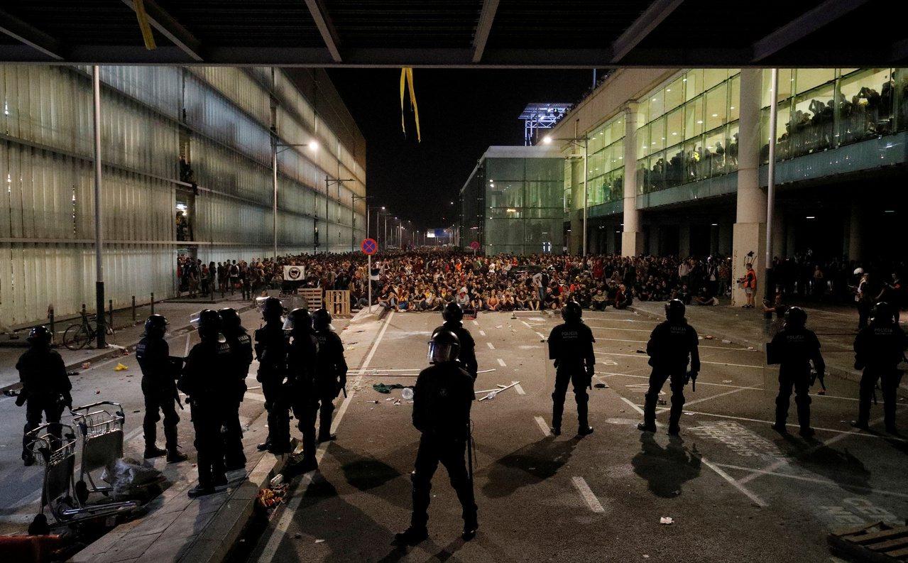 加泰隆尼亞獨派群眾14日在巴塞隆納國際機場與警方對峙,抗議西班牙最高法院將獨派領...