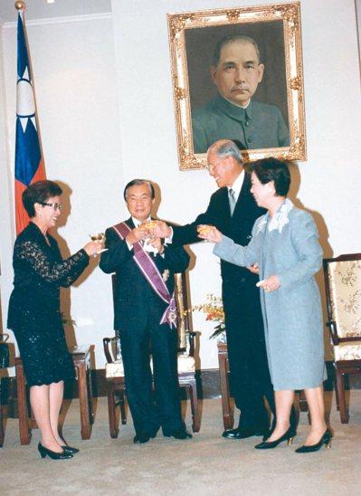 前總統李登輝(右二)授予連文彬(左二)三等景星勳章。 圖/曾吉松攝影、連文彬提供
