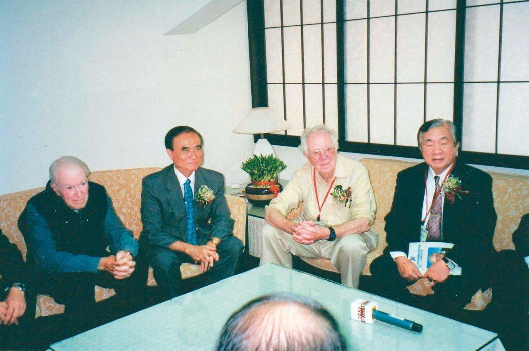 諾貝爾醫學獎得主奧利弗·史密斯(右二)受連文彬(右一)之邀來台演講。 圖/曾吉松...