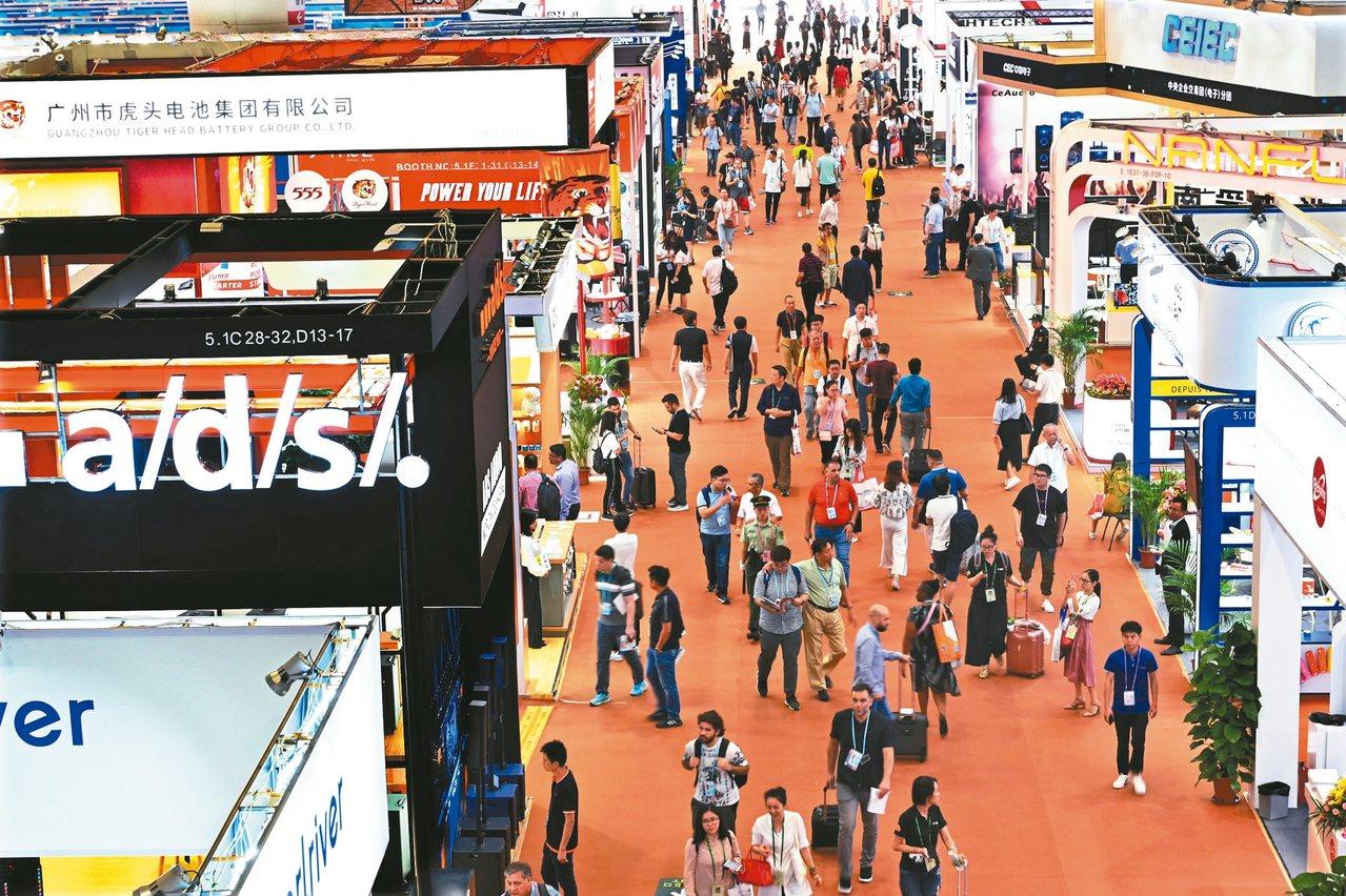 第126屆中國進出口商品交易會(廣交會)15日在廣州開幕,2.5萬餘家企業參展,...