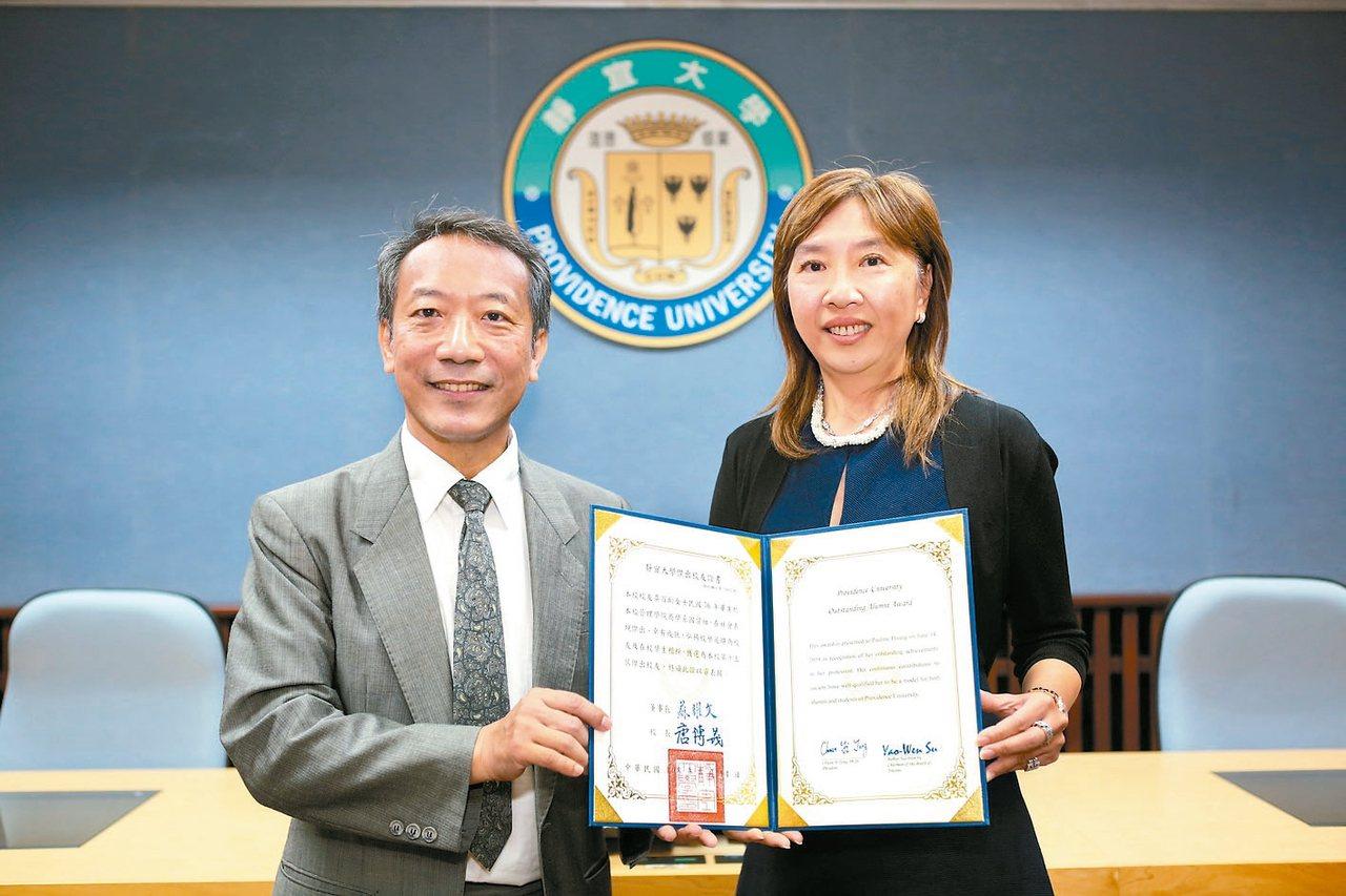 黃百齡(右)是紐約市法拉盛皇后植物園首位華裔女董事長,她獲靜宜大學校長唐傳義頒贈...