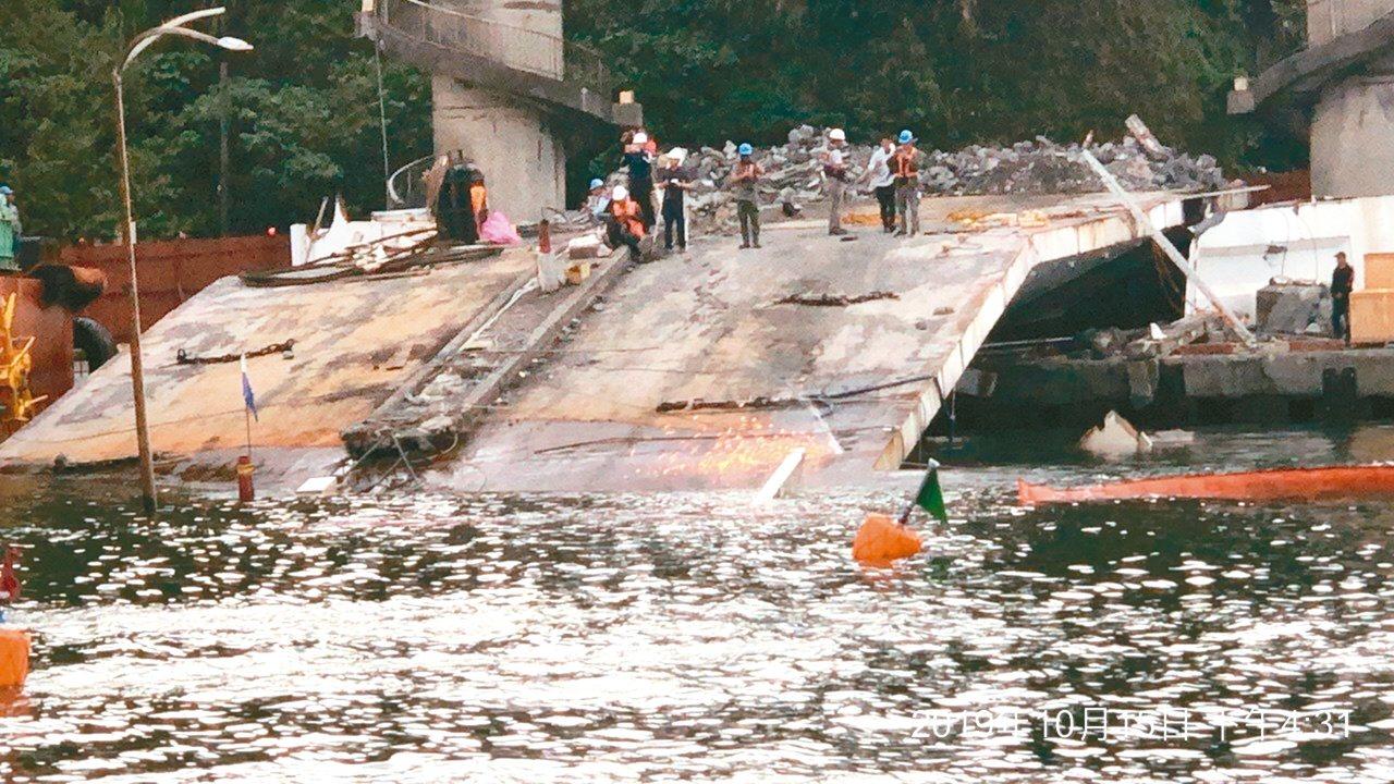 工程人員昨天以「鑽石鏈鋸」進行南方澳斷橋的橋面切割,將切成8到10塊吊離現場。 ...