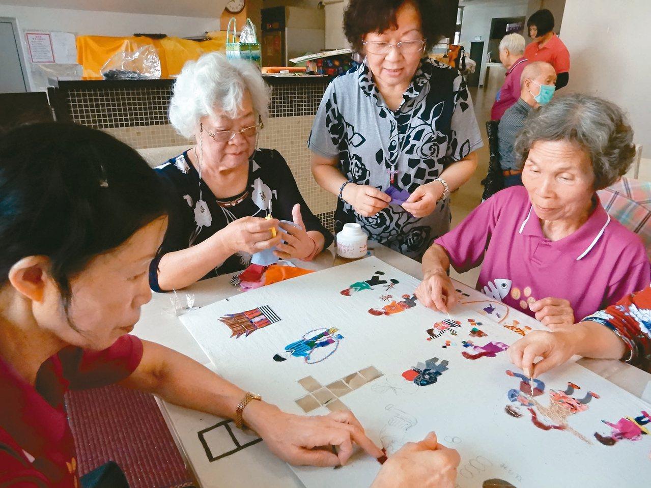 牛犁社區交流協會選擇用布拼貼,只要貼上去就有顏色,讓每個人都可以輕鬆創作。 圖/...