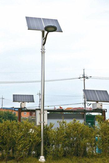 南韓 太陽能發電新萬金開發區已架設太陽能發電板,許多路燈是利用太陽能發電(圖...