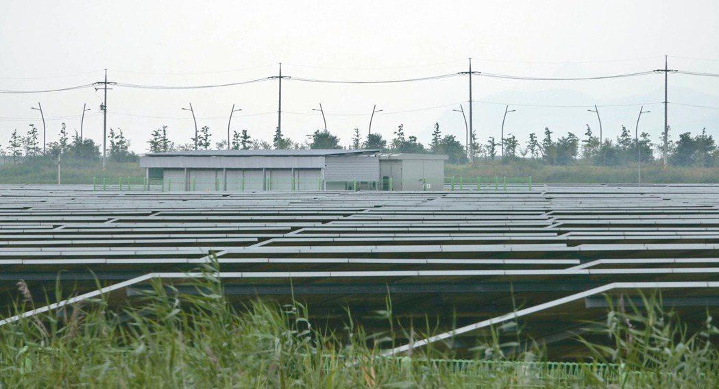 南韓新萬金開發區已架設太陽能發電板。 記者鄭超文/攝影