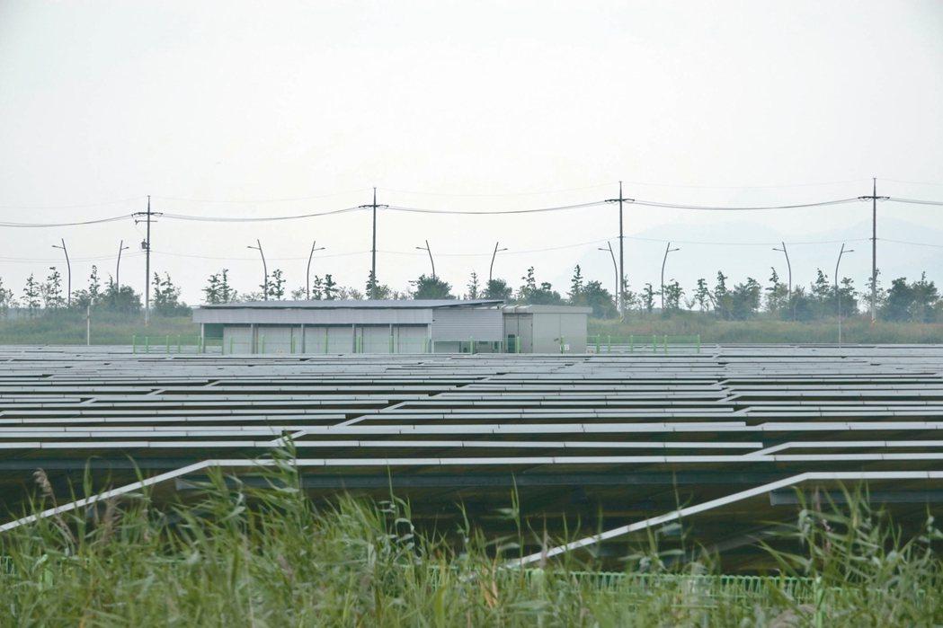 南韓 太陽能發電新萬金開發區已架設太陽能發電板(圖),許多路燈是利用太陽能發...