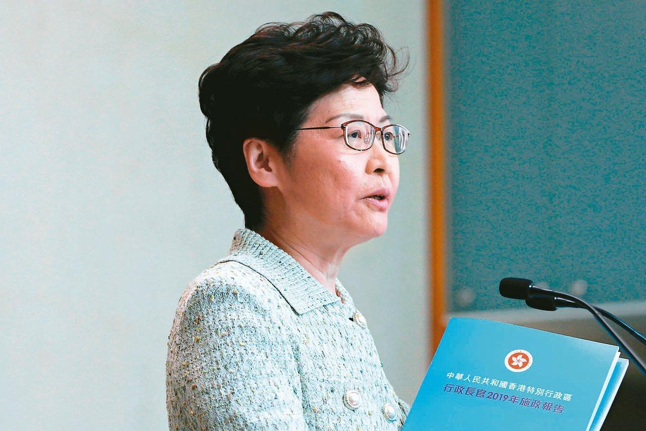香港特首林鄭月娥昨在與傳媒見面時主動拿出新施政報告稱,天藍色的封面象徵香港雨過天...