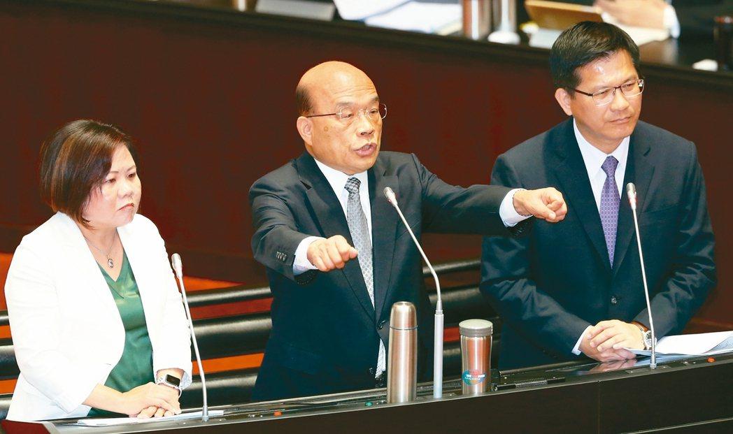針對外送員意外事故頻傳,行政院長蘇貞昌(中)、勞動部長許銘春(左)、交通部長林佳...