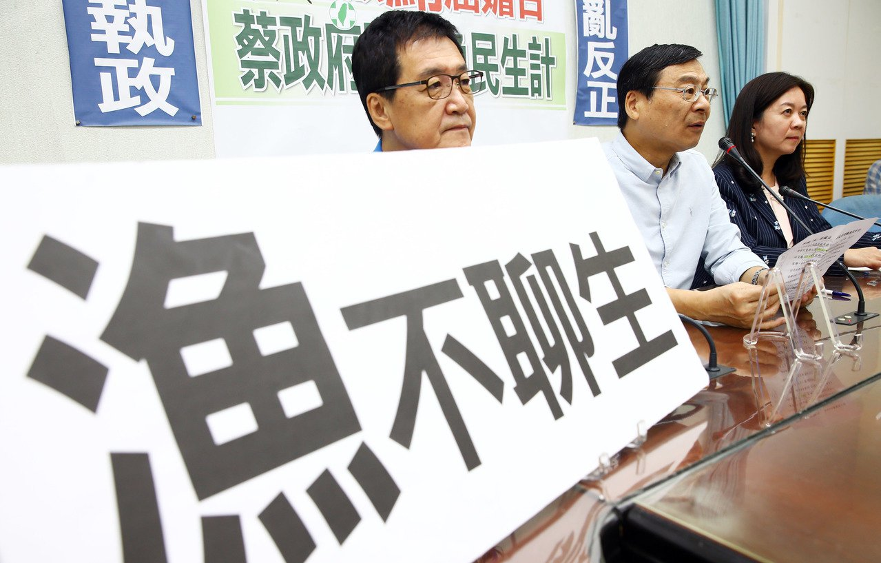 農委會考慮拿黑鮪魚配額和日本交換單價差近7成的大目鮪魚,國民黨立法院黨團昨天舉行...