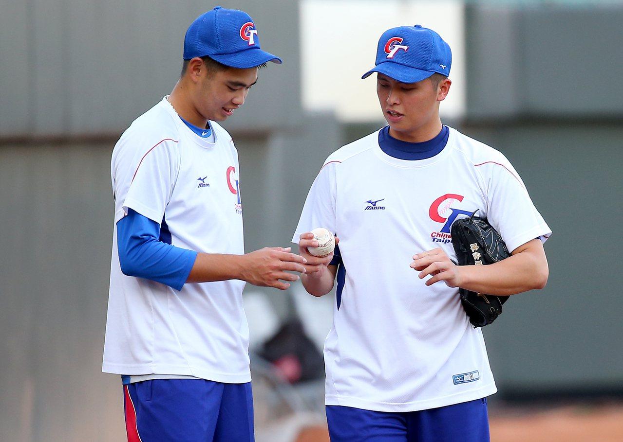 中華隊投手陳仕朋(右)與陳柏毓互相討論、交流。 記者余承翰/攝影