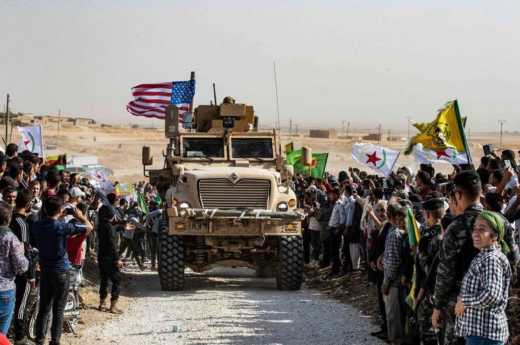 美國默許土耳其掃蕩庫德族。圖為庫德族民眾6日包圍美軍軍車,要求協助抵禦土耳其。 ...