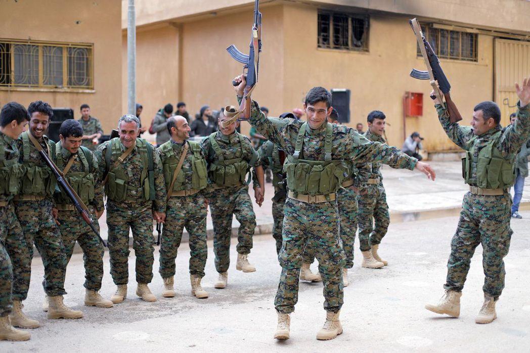 美軍要求的事,庫德族都照辦。圖為庫德族領導的敘利亞民主軍。 (路透)