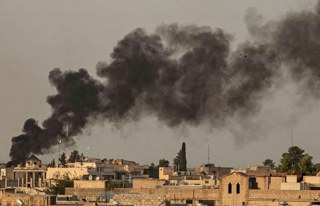 川普下令撤軍後,土耳其對敘利亞北部邊境城市艾因角發動空襲。 (法新社)