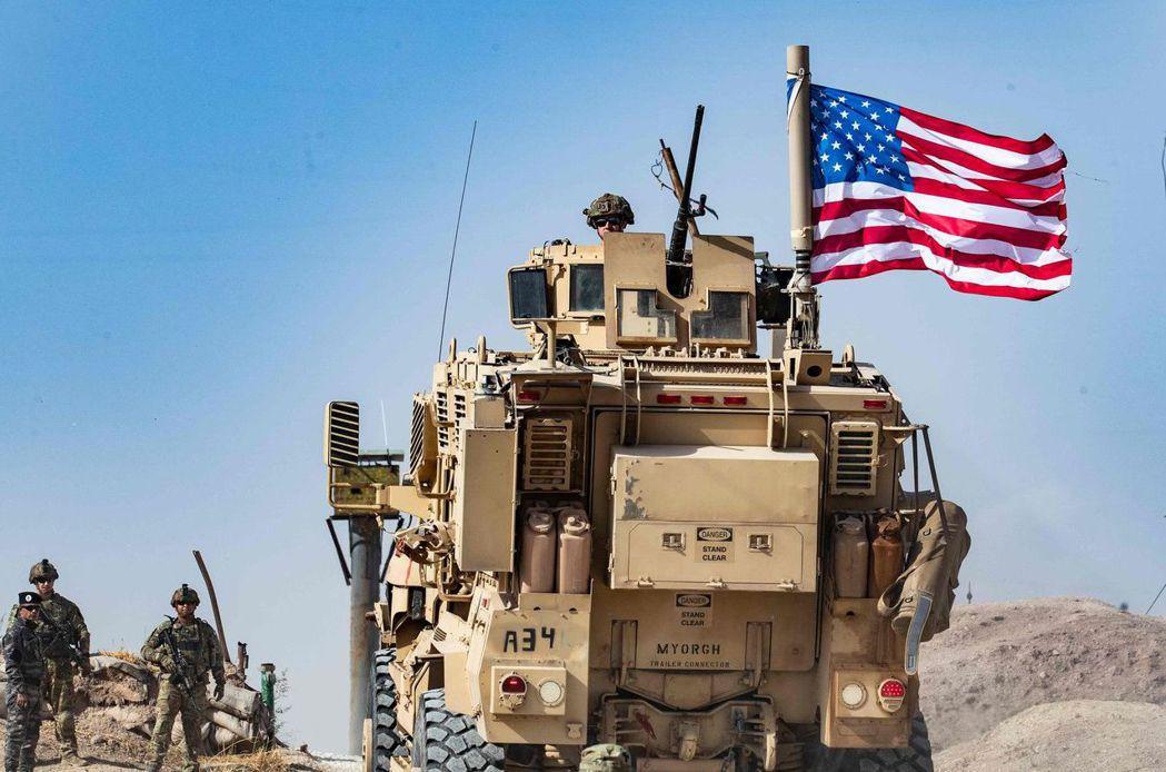 美軍曾和庫德族合作緊密。圖為駐守敘利亞和土耳其邊境的美軍裝甲車。 (法新社)