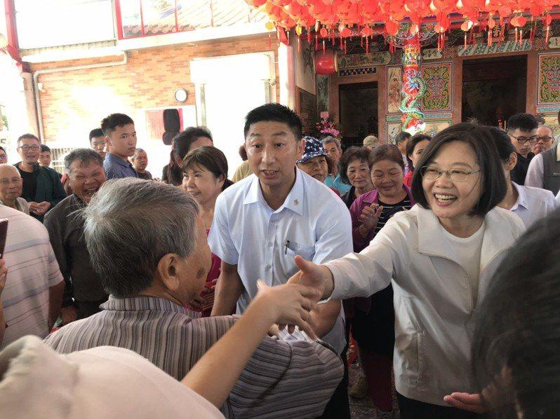 蔡英文總統(右)昨天前進新竹縣,與民眾互動相當熱絡。記者郭政芬/攝影