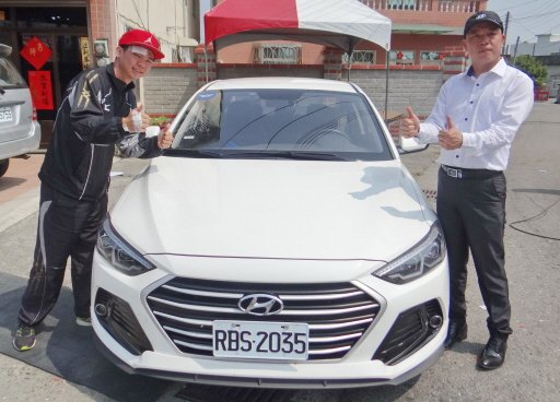 來自台南麻豆鎮負傷參賽的跑者黃崧庭(左)幸運抽中價值約64萬元轎車,喜出望外。 ...