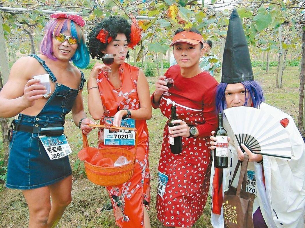 「紅酒補給」與「跑者變裝」是台中外埔永豐紅酒馬拉松的最大特色。 圖/聯合報系資料...