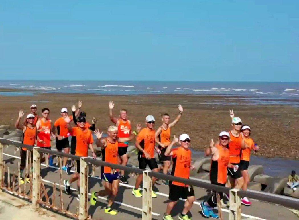 桃園市第一屆大觀盃全國馬拉松比賽12月8日沿海邊地景秘境奔跑。 記者曾增勳/翻攝