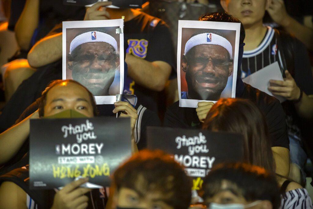 香港球迷高舉詹姆斯哭臉照片,呼喚詹姆斯言論不當口號,表達憤怒。 美聯社