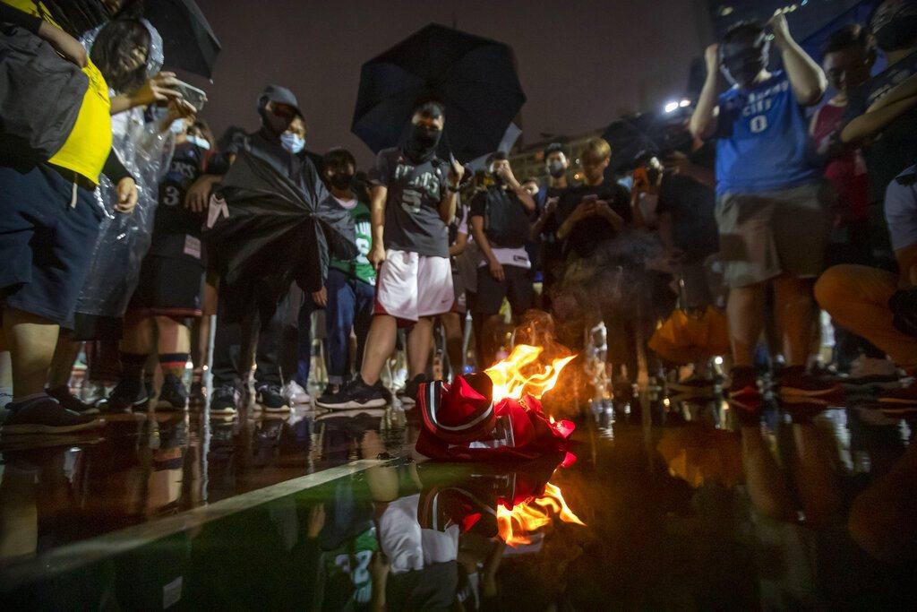 香港抗爭遊行上,就有球迷焚燒詹姆斯球衣,表達不滿。 美聯社