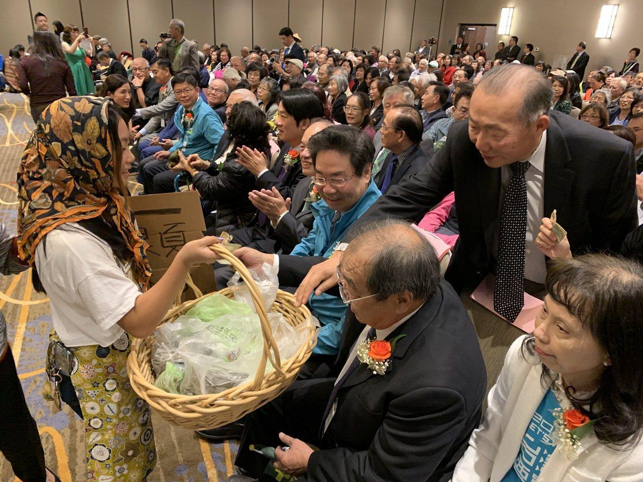 活動現場也請戴著斗笠、手提竹籃的志工義賣粽子、豆乳,僑胞踴躍參與。記者林亞歆/攝...