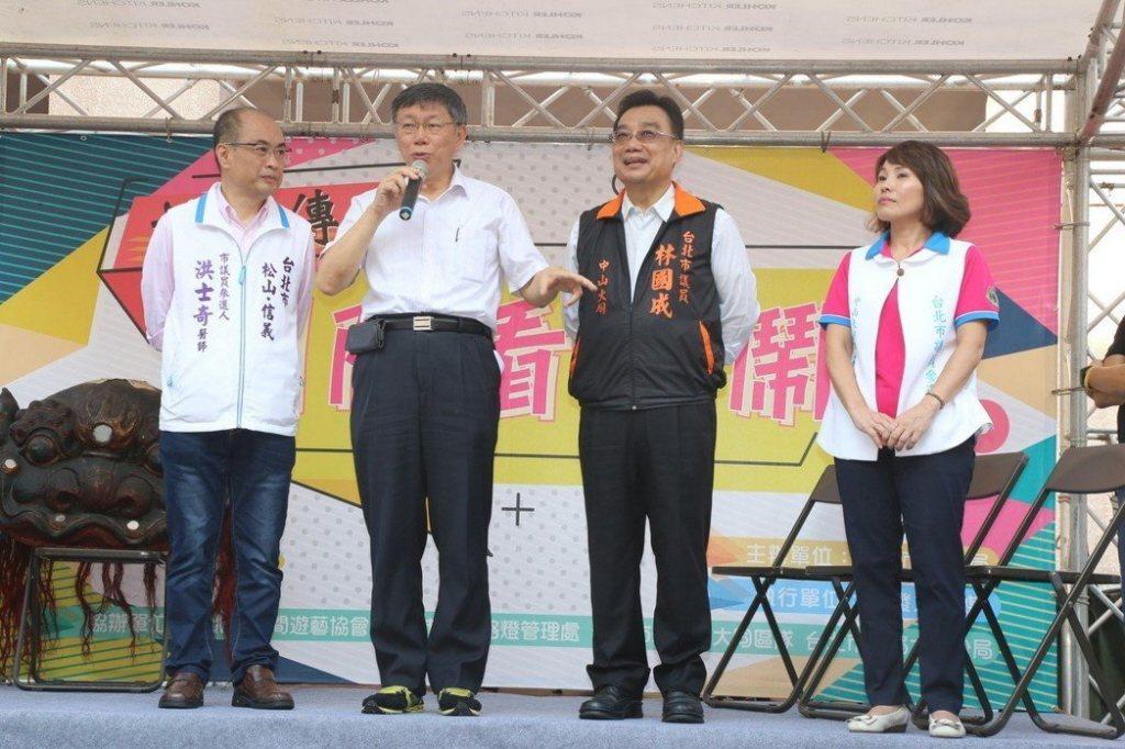 圖為去年選舉時,台北市長柯文哲(左2)替親民黨籍市議員林國成(右2)拉票。聯合報...