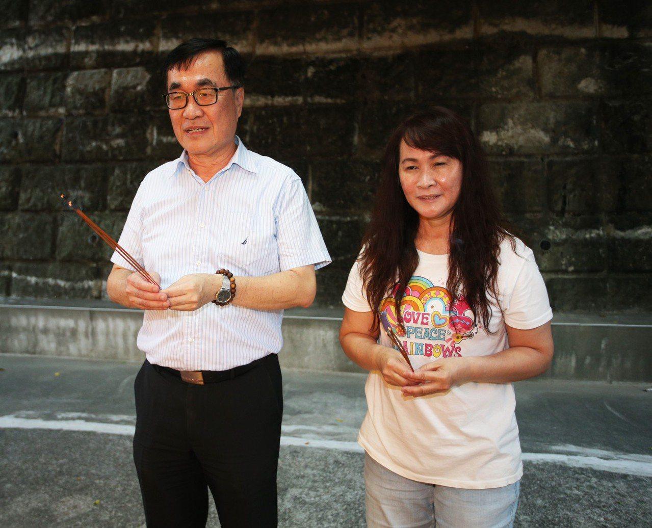 國民黨總統參選人韓國瑜今晚到小琉球,高雄市副市長李四川早一步先回到小琉球老家祭拜...