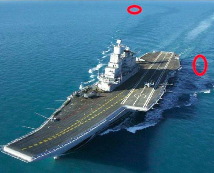 遼寧艦每次在出海執行任務的時候,後面總有鯊魚和鯨魚尾隨。 (新浪軍事微博)