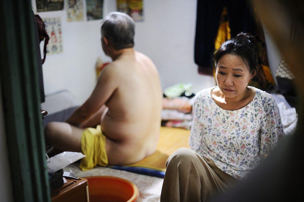 呂雪鳳在「那個我最親愛的陌生人」幫患失智的丈夫洗澡,關懷備至。圖/海鵬提供