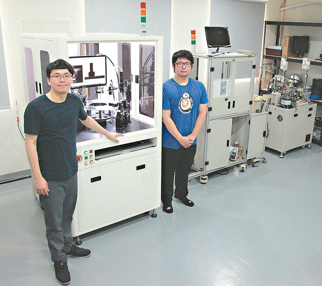 鼎宸科技總經理戴嘉輝(左)展示近期發表具有曲面物件表面瑕疵全檢功能的光學篩選機。...