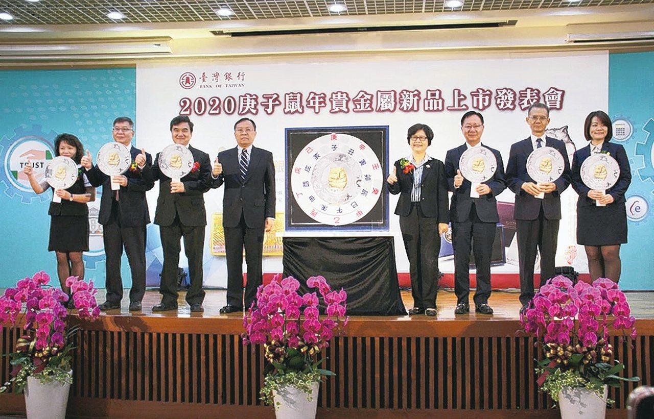 台銀董事長呂桔誠(左三)與出席貴賓一起啟動貴金屬新品上市發表會開賣儀式。 台灣銀...