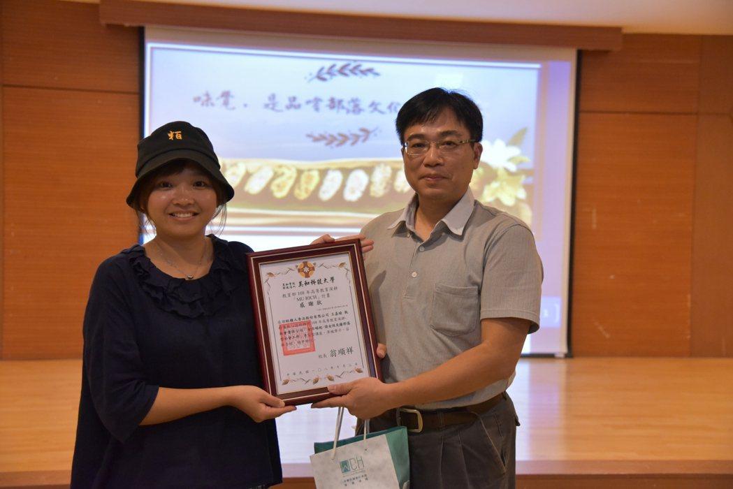 美和科大副校長吳裕仁(右)贈弗納柳、妲娃賴感謝狀。 美和科大/提供