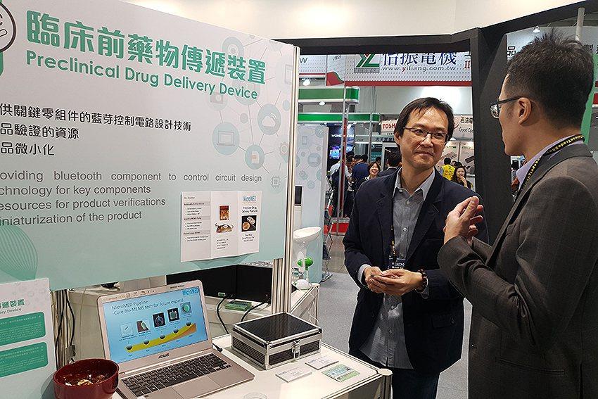 潔霺生醫創辦人李柏穎向參觀者介紹該公司的技術。 曹松清/攝影