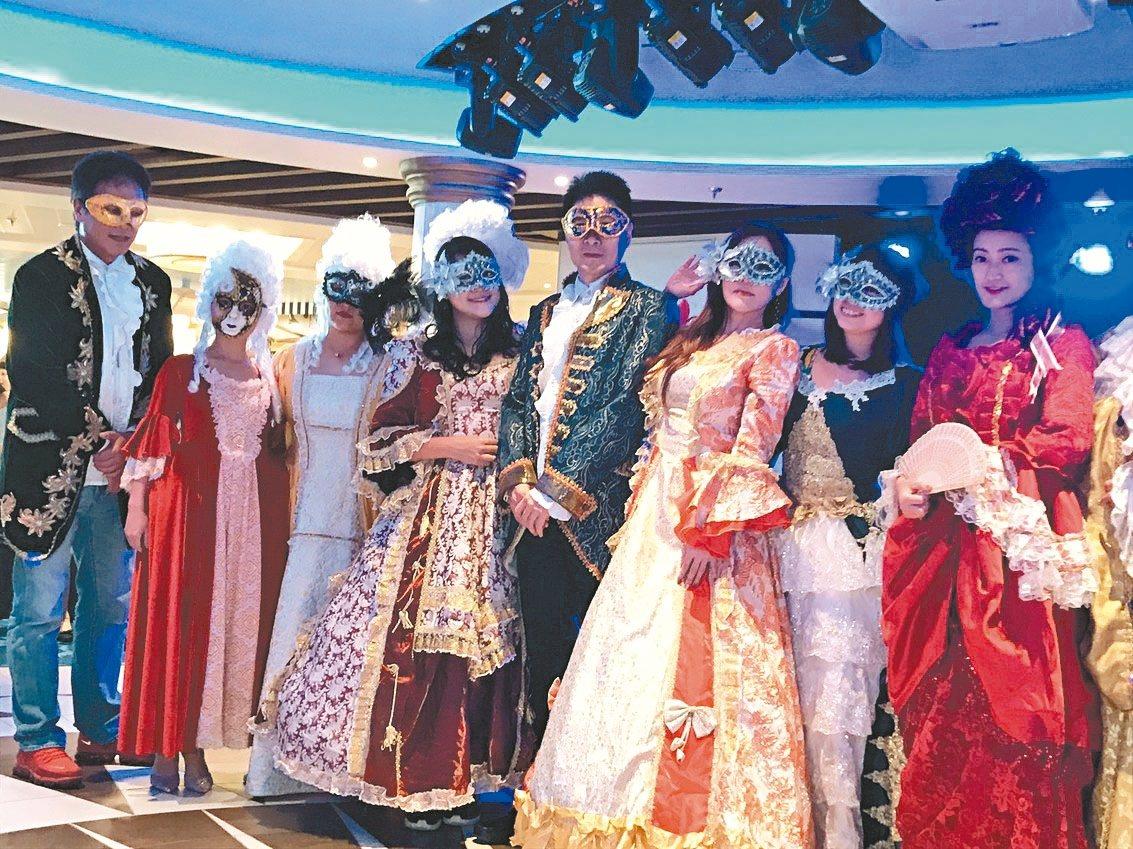 郵輪上的「威尼斯派對」,可以換上義大利傳統服飾,化身皇室公主、貴族公爵。 記者葉...