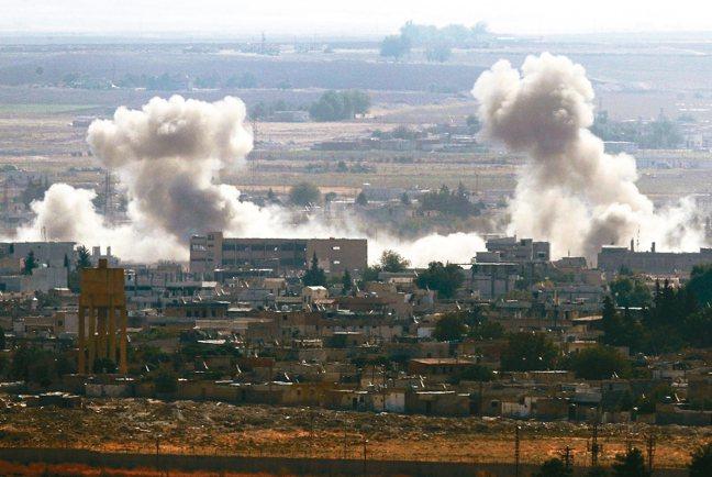 圖為敘利亞城鎮遭土國部隊砲轟後冒出濃煙。 美聯社