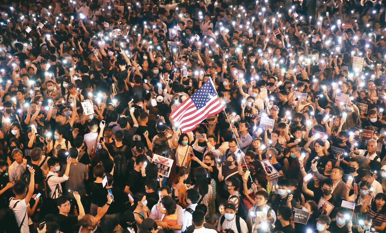 香港特區政府宣佈動用《緊急法》訂定《禁蒙面法》以來,香港各地示威行動仍然持續。美...