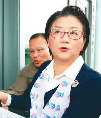 婦聯會下午舉行會員大會討論轉型路線,以雷倩為首的公益派爭取保留「中華民國婦女聯合...